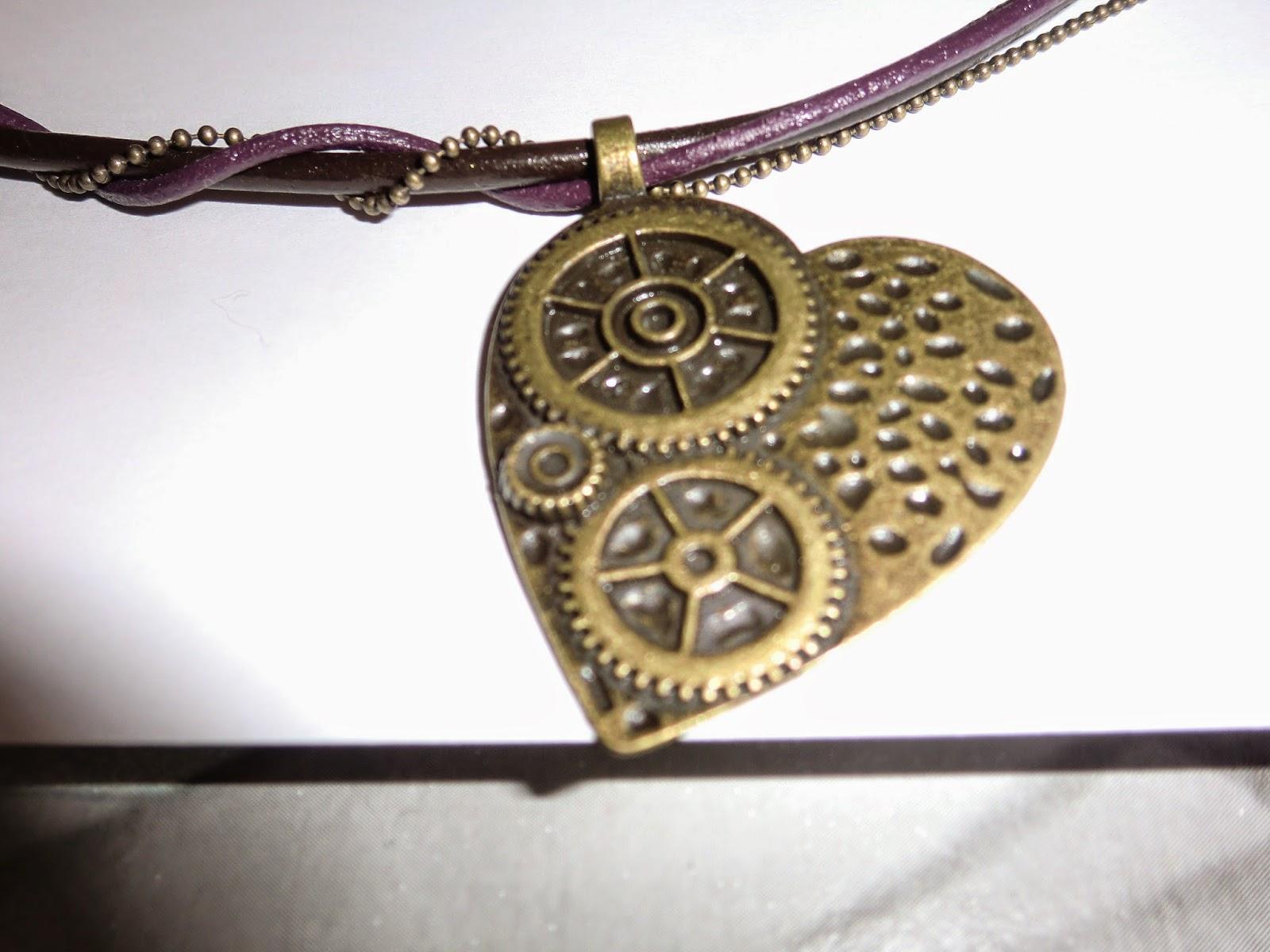 Primer plano del corazon del colgante steampunk