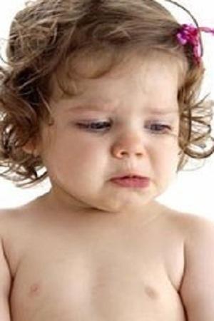 Bébé pleure fille yeux marron cheveux  cheveux châtains