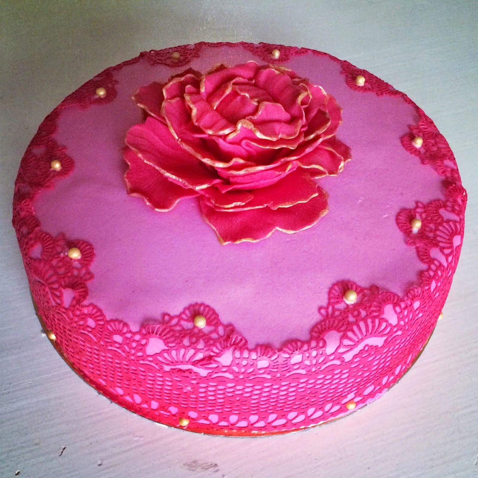 Tårta med sockerspets och pion