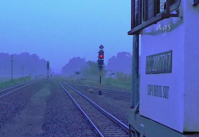 gambar kereta api disusul