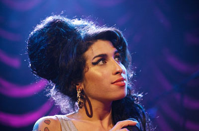 AMY WINEHOUSE NA CONTRAMÃO DO AMOR LÍQUIDO – Anna Carolina Pinto
