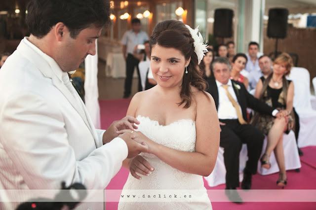 intercambio de anillos ante las miradas de los padres