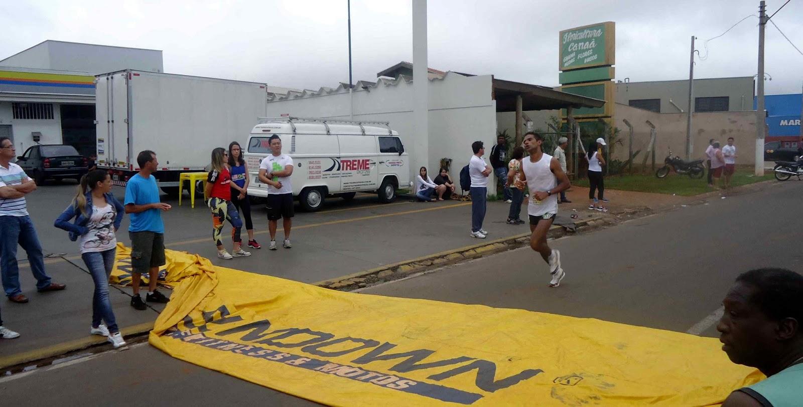 Foto 50 da 1ª Corrida Av. dos Coqueiros em Barretos-SP 14/04/2013 – Atletas cruzando a linha de chegada
