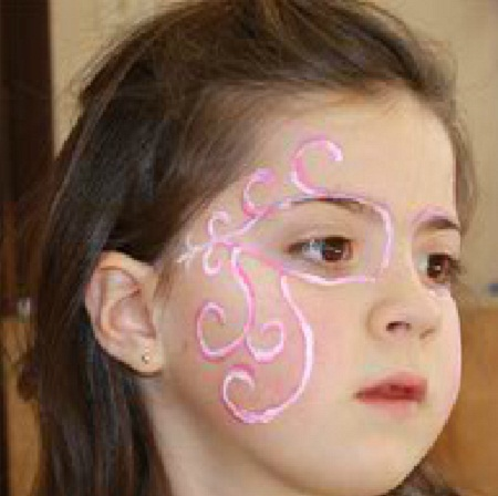 Carga la esponja con la pintura rosada y pinta el contorno de los ojos
