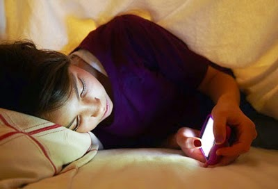 Dampak Buruk Bermain Smartphone Sebelum Tidur