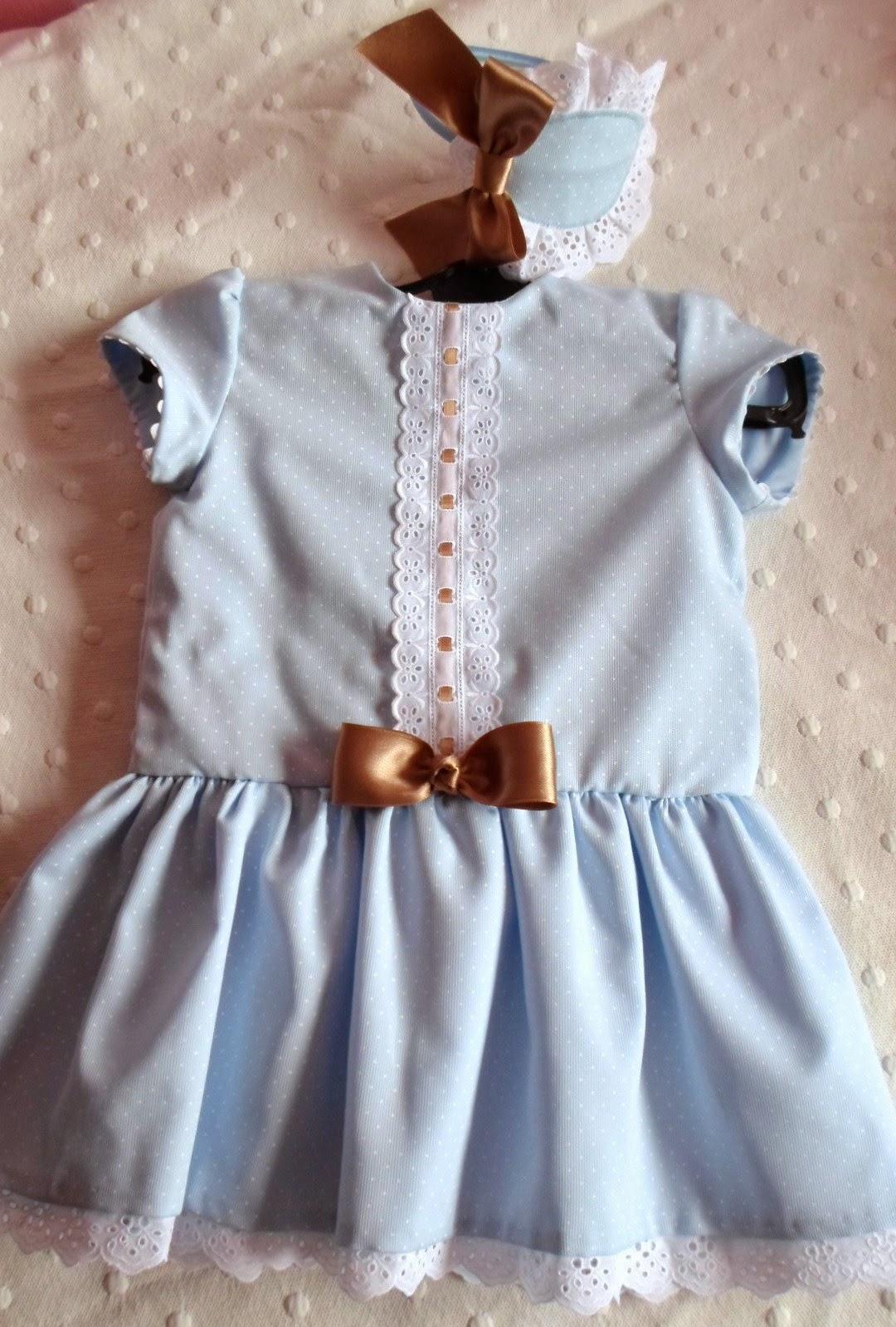 vestido de talle bajo, de piqué azul con lunar en blanco