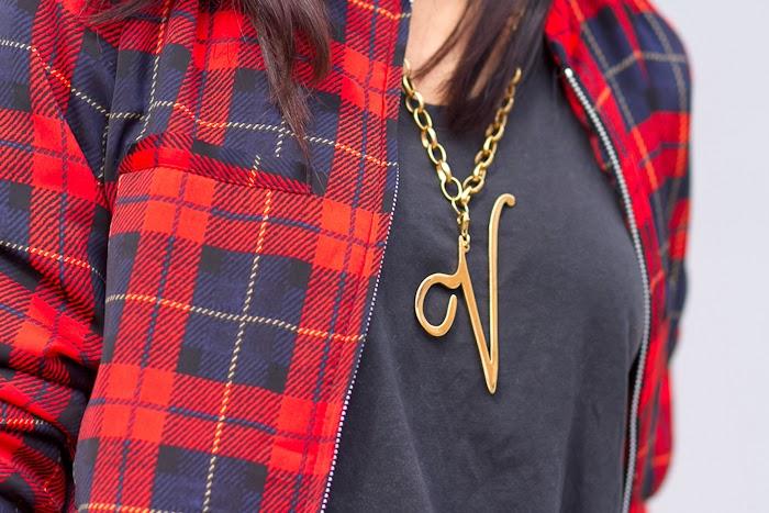 Collar de cadena dorado personalizado con letra de Daniel Espinosa