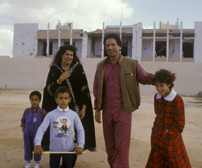 ساهموا معنا في الحمله الوطنيه الاعلاميه لتجميع صور اسره شهيد الوطن الشهيد الصائم - صفحة 4 Young-qaddafi-family