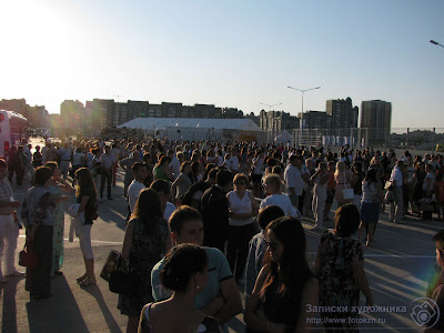 Зрители перед стадионом Казань-арена