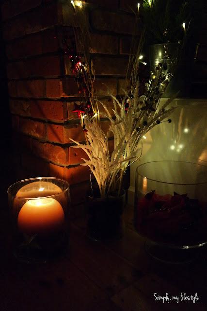 ozdoby świąteczne ze świecami i lampkami