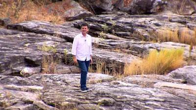 Carlos Dorneles mostra o os efeitos ada seca no leito do rio Ipanema, em Pernambuco - Divulgação/Record