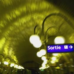 station de métro avec panneau sortie