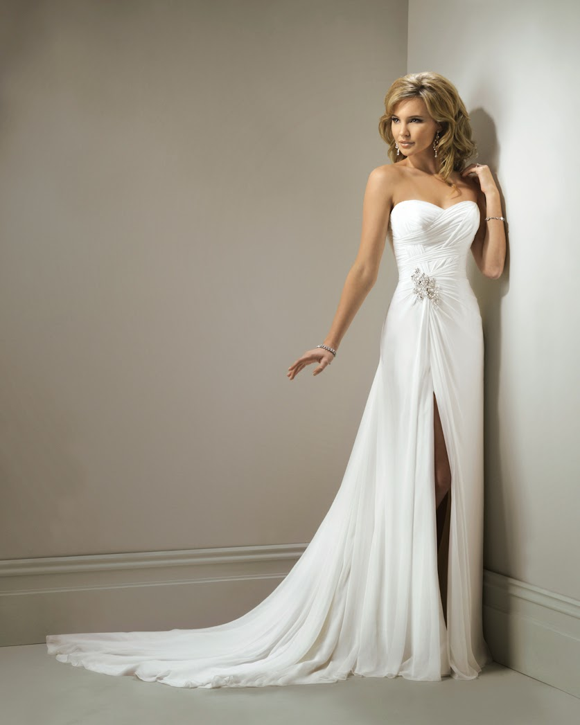 Langes Brautkleid fliessend aus Chiffon mit Schlitz.