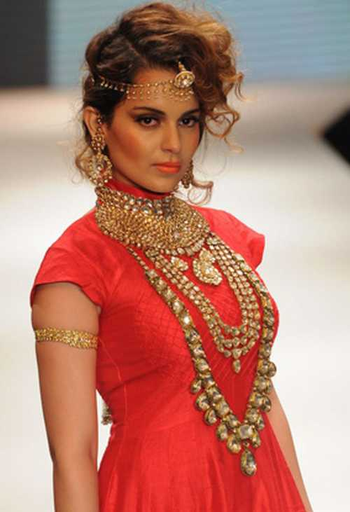 Model showing jewellery fashion show picture for Latest fashion jewelry trends 2012