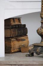 gamla böcker staplade på varandra...