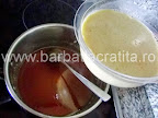 Prajitura cu foi Preparare reteta crema caramel - turnam compozitia peste zaharul ars de pe fundul cratitei