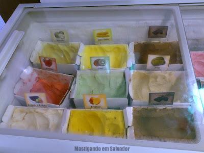 Sorveteria Frutos do Brasil: Freezer com os Sorvetes