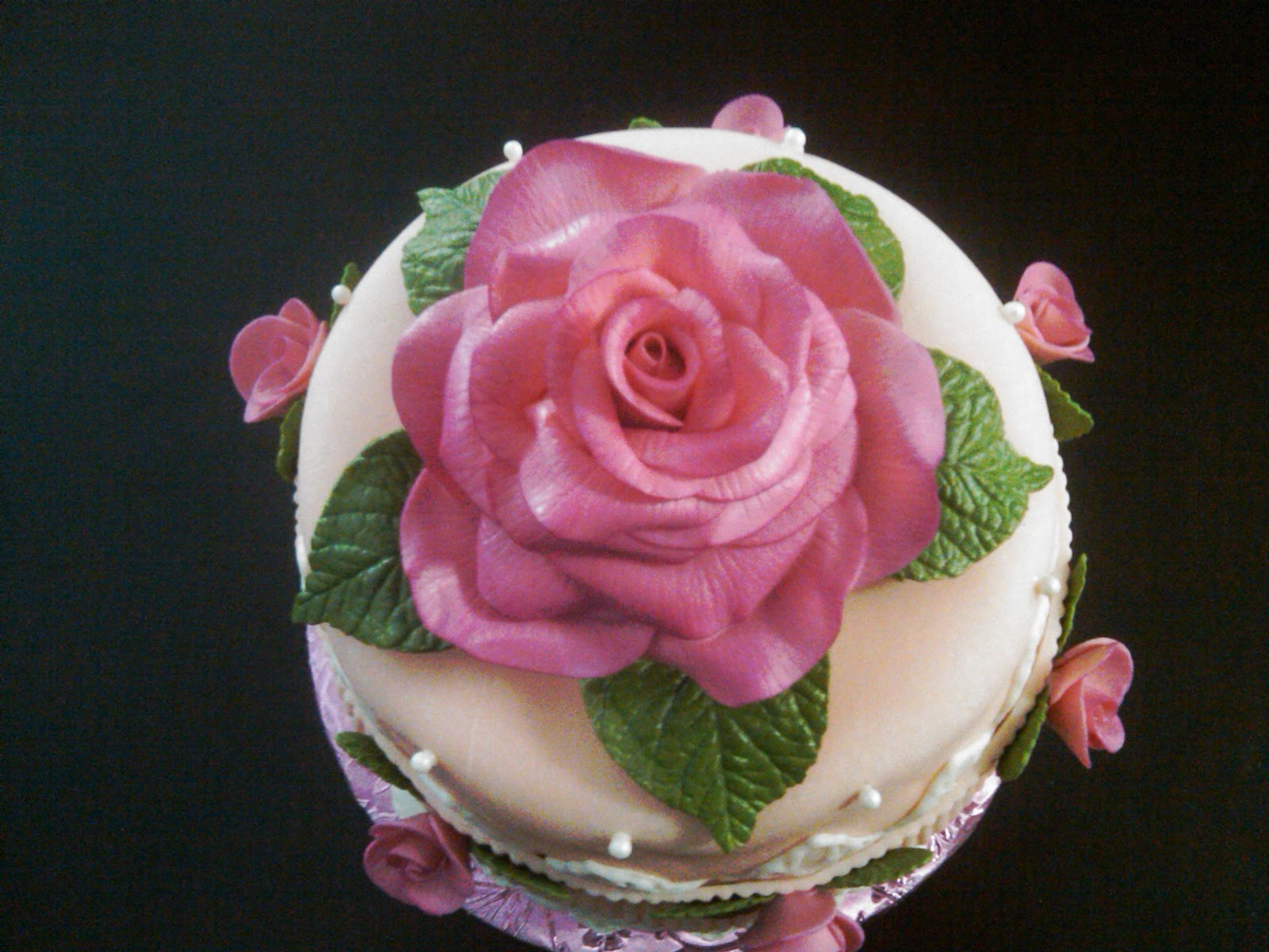 Cake Images With Roses : Fabbylicious Cakes: Rose Birthday Cake