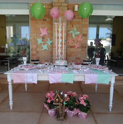 Decoraci n de fiesta de cumplea os en el jard n con colores pastel para ni as arcos con globos - Decoracion fiesta jardin ...
