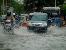 Cara Aman Berkendara di Saat Banjir