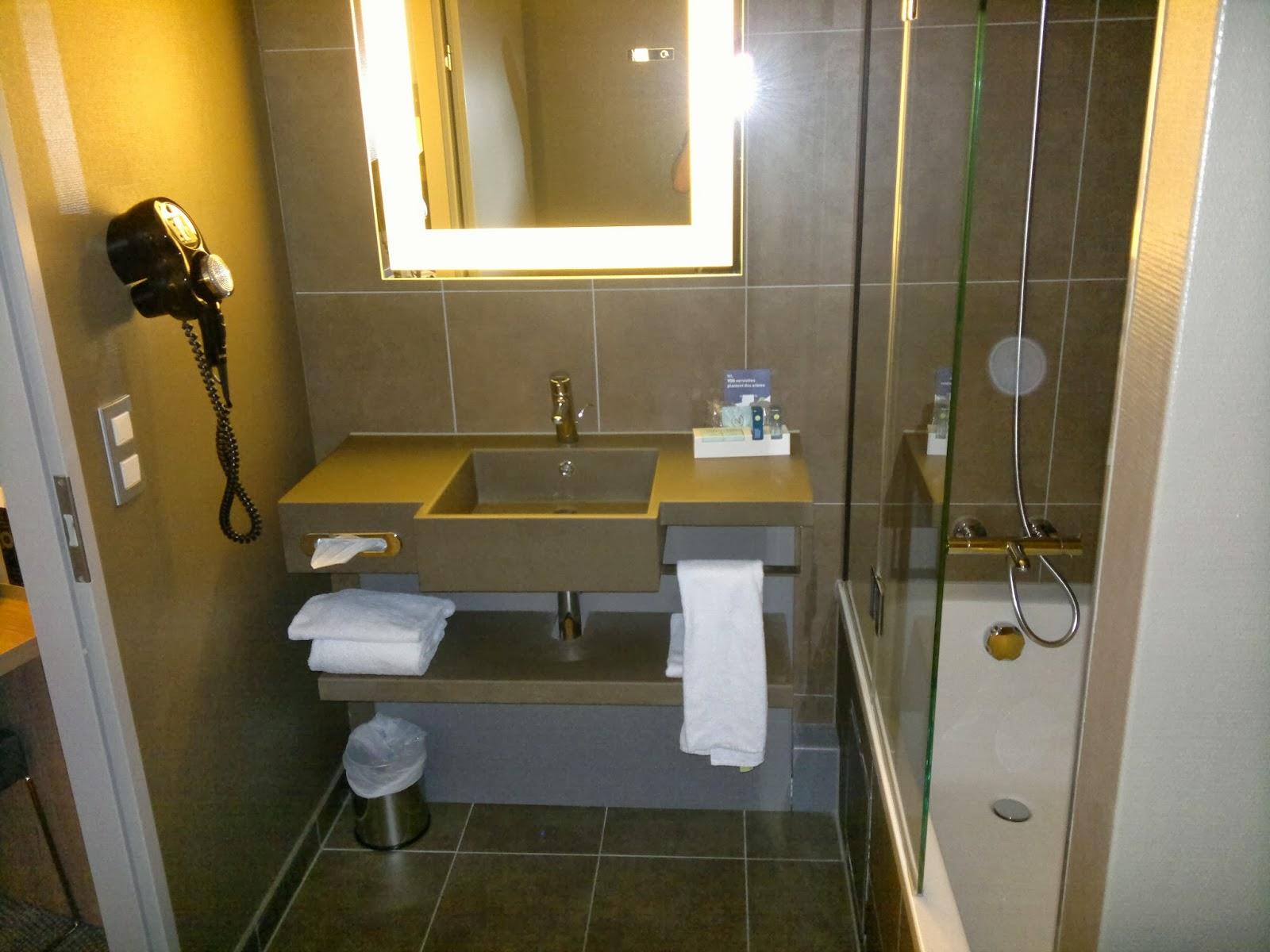 banheira apesar de pequeno era muito limpo e funcional perfeito para #C08C0B 1600x1200 Banheira Para Banheiro Muito Pequeno