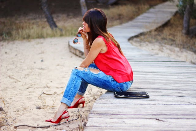 fashion blogger - red woman - woman in red - streetstyle - ripped jeans