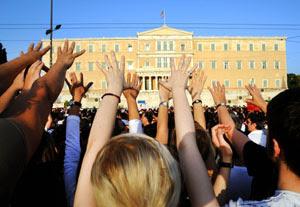 """Acest semn cu palma deschisă înseamnă din antichitate """"c**t în gura voastră"""". Aşa au stat ore în şir grecii la manifestări."""