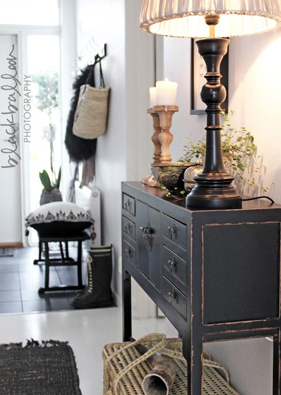 decorar el recibidor con muebles antiguos-consola china negra y lampara vintage