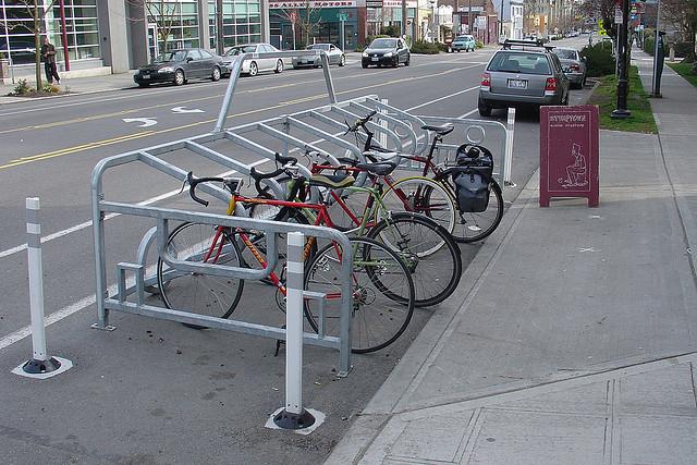 Cafeteria usa espaço para estacionar bicicletas
