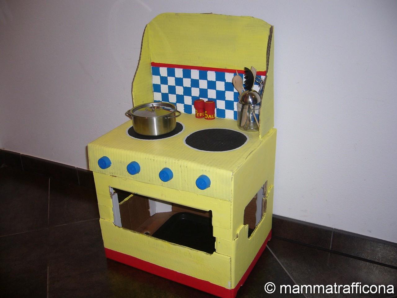 Mammatrafficona giochi fai da te la cucina di cartone - Costruire una casetta di cartone per bambini ...