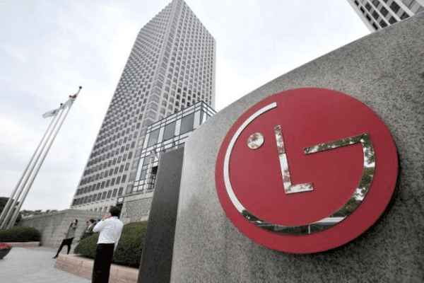 Police searched the headquarters of LG due to Samsung