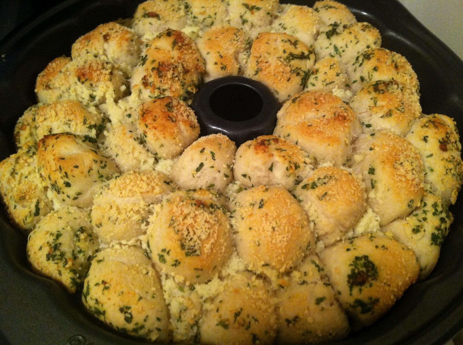 Julie Bakes: Garlic parmesan pull-apart bread