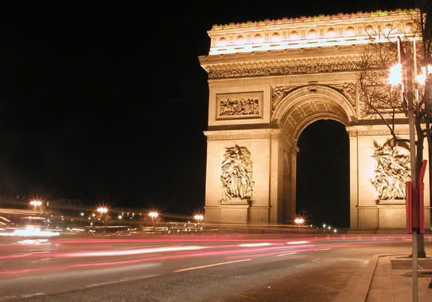 صور رائعة من باريس  Top_10_things_to_do_while_in_paris_arc_de_triomphe_night_traffic3