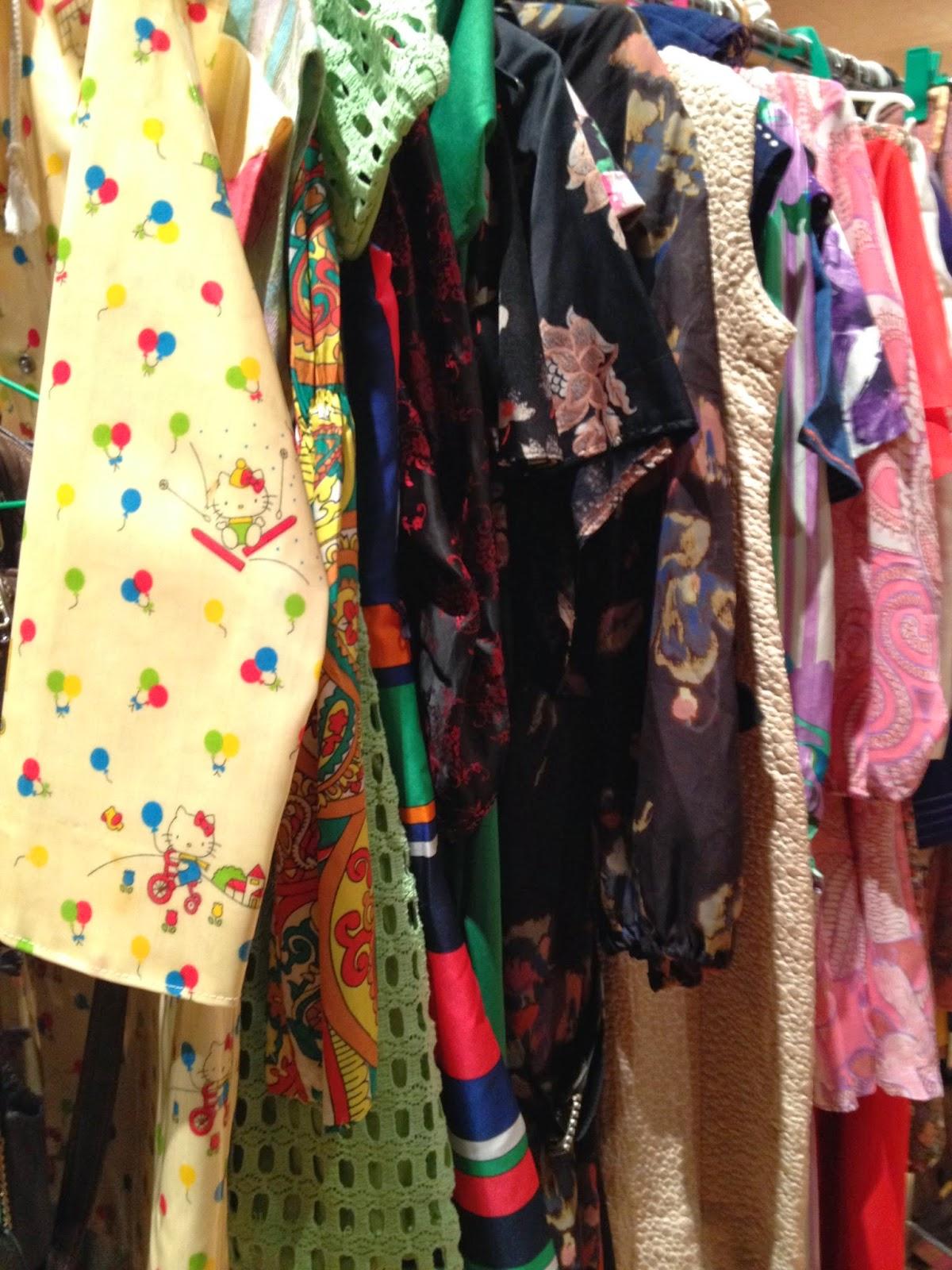 the sunday market Bilbao detalle puesto ropa segunda mano