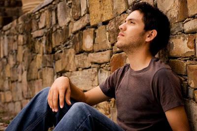 كيف تعرفين ما يفكر به حبيبك أو زوجك وما يدور برأسه - رجل يفكر - man thinking