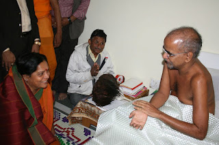 Digambar Jain Muni Tarunsagar putting white cloth on his body