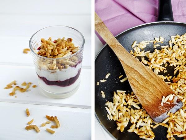 Joghurt Beeren Dessert mit karamelisierten Mandeln