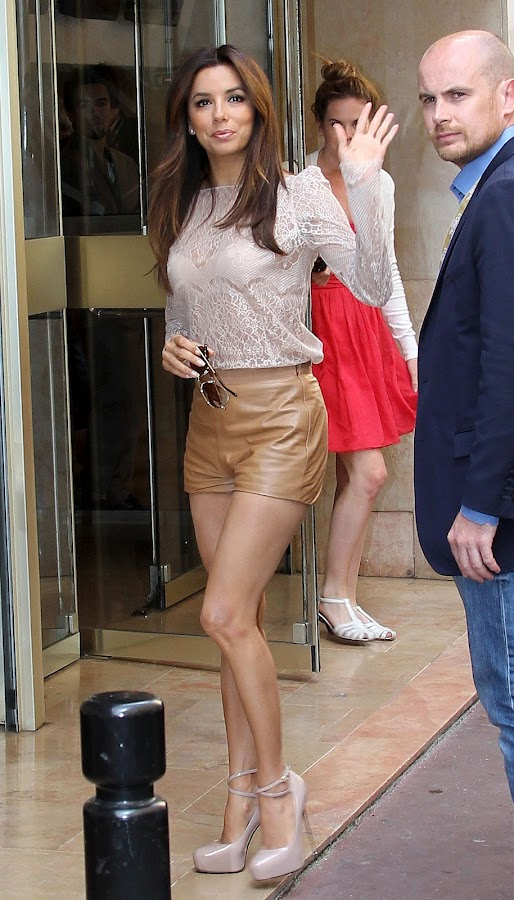 Eva Longoria waves to her fans before entering hotel
