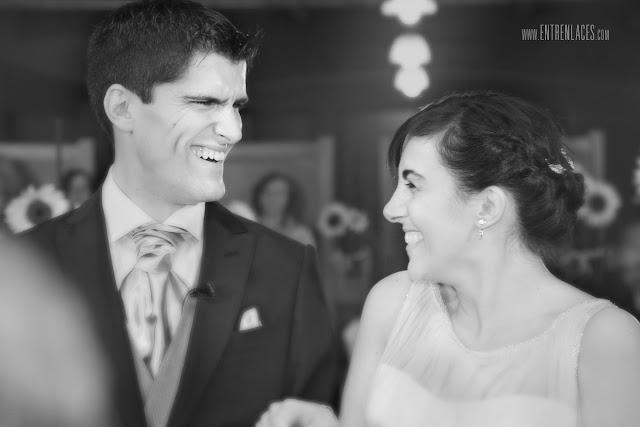 corbata-del-novio-sonrisa-novia-Asturias-boda-fotografo-Torazo-bodas-civiles-divertidas-hoteles-restaurantes