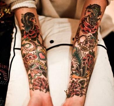 Tatuagem de pena de pavão no braço fechado