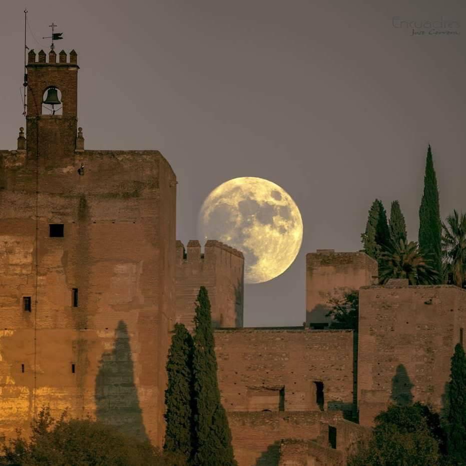 Desde la Atarazana, en la ciudad de la Alhambra