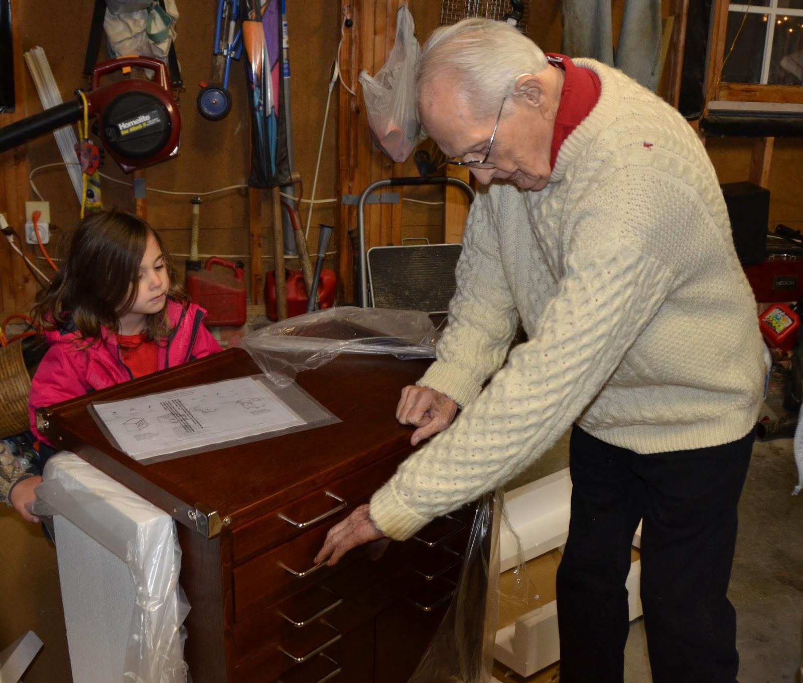 http://4.bp.blogspot.com/-lRP-vHrJRIQ/TudtoqoiycI/AAAAAAAANOY/Jz9JjsEUQG4/s1600/Lily+watches+Granddaddy+Pete-sm.JPG