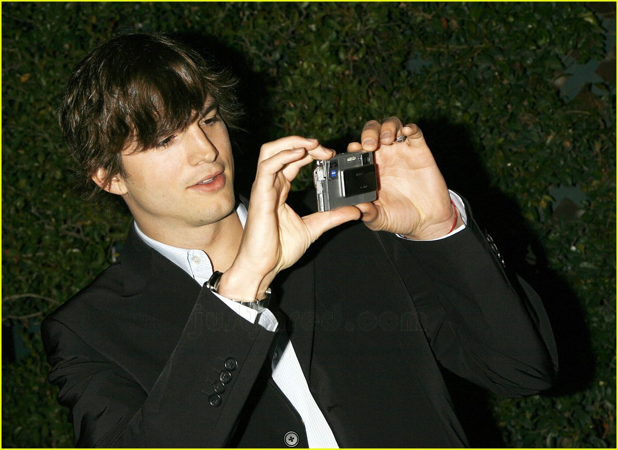 http://4.bp.blogspot.com/-lRl8N8ljTyU/UGMDuM8AYkI/AAAAAAAAClk/00qbqa619Q8/s1600/demi-moore-ashton-kutcher-honor-tom-cruise-01.jpg