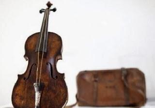 Seorang pemain biola terkenal, secara tidak sengaja meninggalkan biola yang berumur 285 tahun di tempat duduk belakang sebuah taksi di New York pada Mei 2008. Biola yang diperkirakan bernilai sekitar Rp. 40 miliar itu dibuat oleh Antonio Stradivari (1644-1737) seorang luithier (pembuat biola) paling terkenal di dunia.