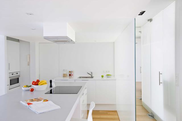 offene Küche in Weiß mit Milchglasabtrennung zum Flur