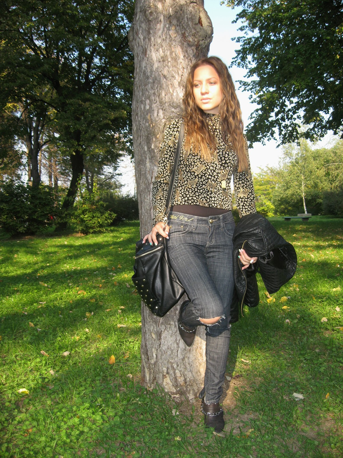 outfit, turtleneck top, skinny jeans with ripped knees, c&a black pu faux leather jacket, carpisa black studded bag, black top with gold details, wavy hairstyle