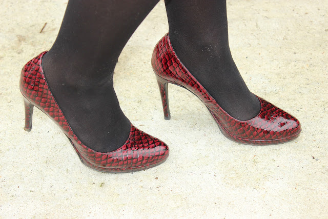 Chaussures bordeaux minelli, jupe militaire naf naf, sac sandro