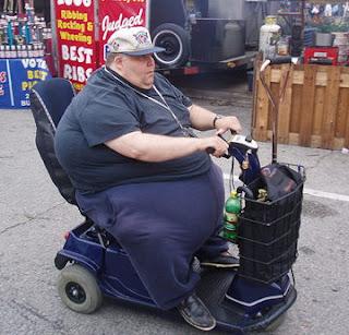 smešne slike debeli čovek sedi na skuteru