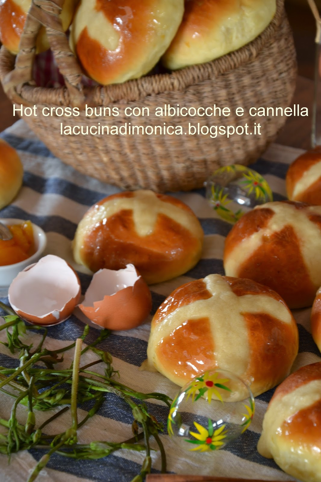 hot cross buns con albicocche e cannella
