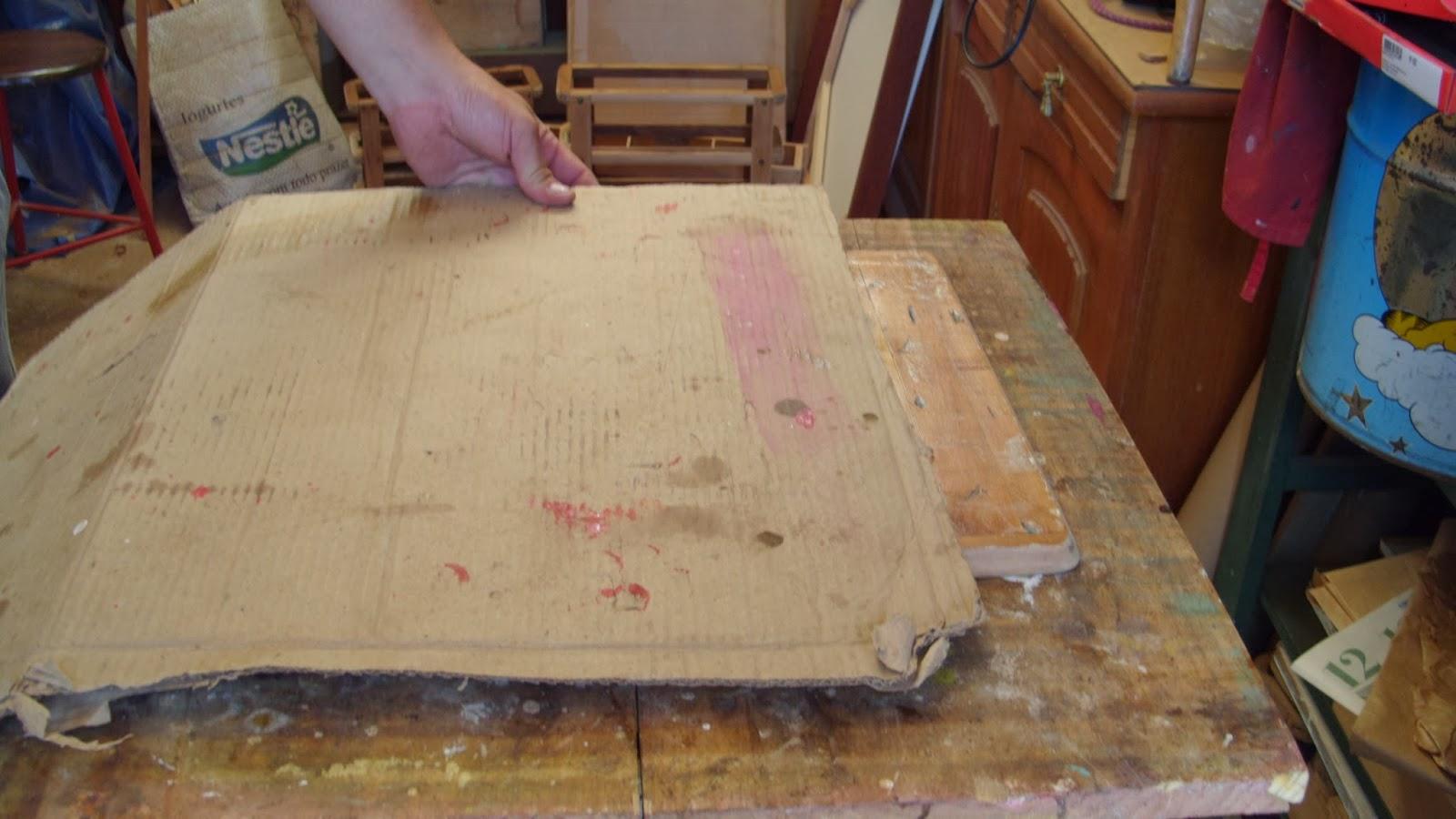 Começa se a colar na borda vai se puxando cuidadosamente o papelão  #A5262C 1600x900